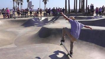 patinador en el skatepark de la playa de Venecia a cámara lenta
