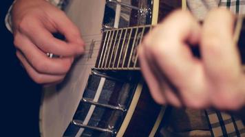 hombre tocando el banjo en 4k video