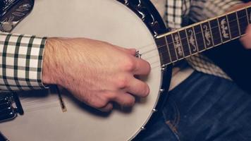 hombre tocando el banjo - sentado / tiro recto en 4k