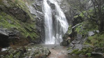 una gran cascada de rocas