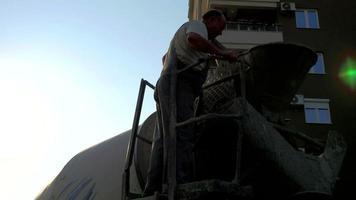 trabalhador da construção civil e um caminhão de cimento 4k video estoque