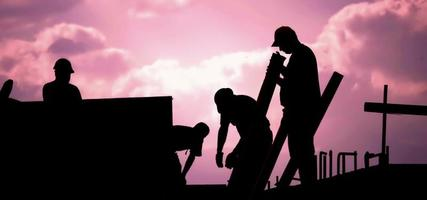 Trabajadores de la construcción en una puesta de sol rosa 4k stock video