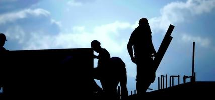 silueta de trabajadores de la construcción y un cielo azul stock video