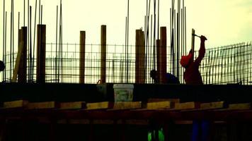 trabalhadores e um vídeo de estoque do pôr do sol 4k video