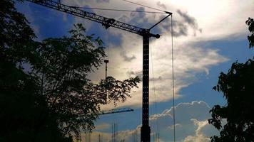 Grúa de construcción con plano amplio en una puesta de sol 4k stock video