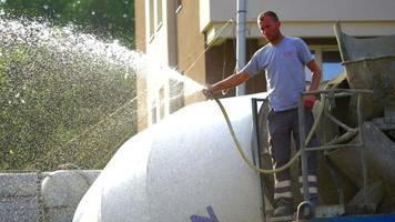 Trabajador de la construcción rociando con agua 4k stock video