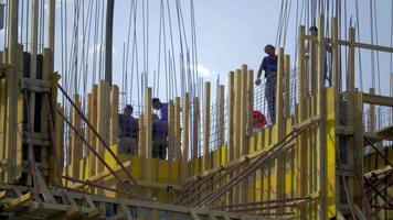 trabalhadores da construção civil enchendo um prédio com cimento 4k stock video