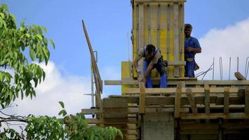 trabalhador da construção civil acertando um prego com o martelo 4k video estoque