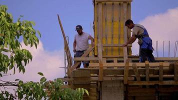 Trabajador de la construcción golpeando un clavo al atardecer 4k