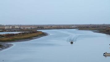barco pelo rio estoque video