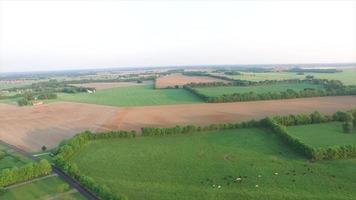 open veld van landbouwgrond vliegen over