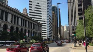 carros e pedestres nas ruas de chicago 4k video