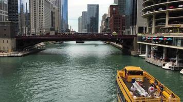 Boot auf dem Fluss unter Dearborn Street Bridge 4k video