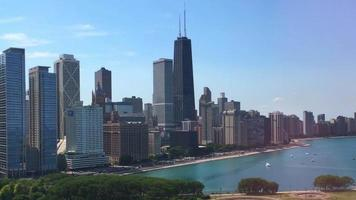 horizonte de chicago frente a la playa 4k video