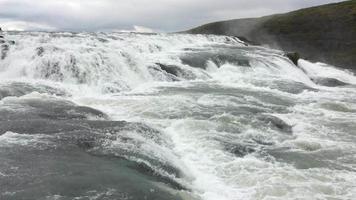 primer plano de cascadas que brotan 4k video