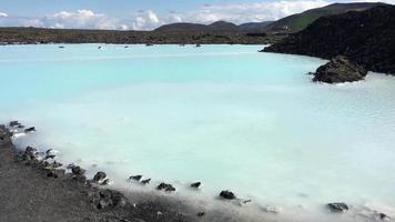 aguas geotermales de la laguna azul en islandia 4k video