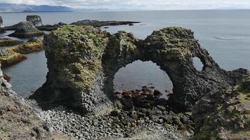 Formación de arco de roca costera en arnarstapi, islandia 4k