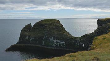 Falaise au large de la côte de l'océan d'Arnarstapi, Islande 4k