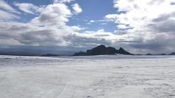 vista desde la cima de un glaciar en islandia pan en 4k video