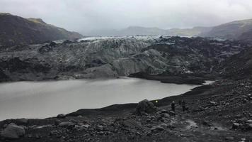 Glaciar cubierto de ceniza volcánica en Islandia 4k video