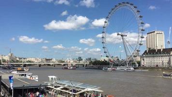 le London Eye et la Tamise à Londres, Angleterre 4k video