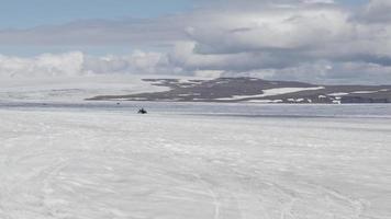 Moto de nieve montando en un glaciar de islandia 4k video
