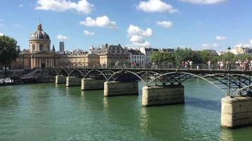 ponte sobre a água em paris, frança 4k video