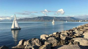 veleiros no porto de reykjavik na Islândia 4k video