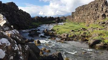 bela vista do riacho de água corrente na Islândia