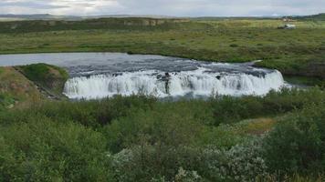 cascada en el campo de islandia 4k video
