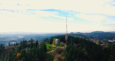 imágenes de drones de la torre de radio