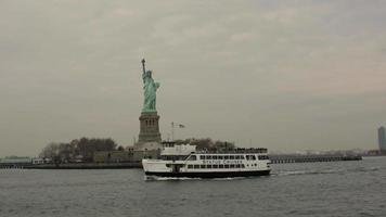 estatua de la libertad con barco stock video