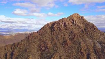 drone volando sobre la cima del pico de la montaña del desierto 4k video