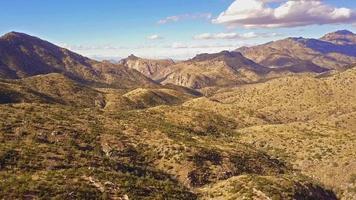 sobrevôo aéreo no vale da montanha do deserto do Monte Lemmon 4k video