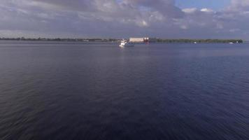 barco de paso elevado en el río