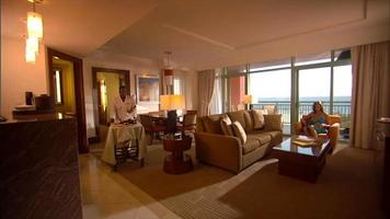 uma bela sala de estar de resort video
