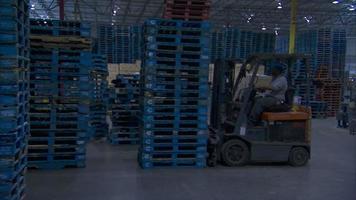 uma empilhadeira em uma fábrica video