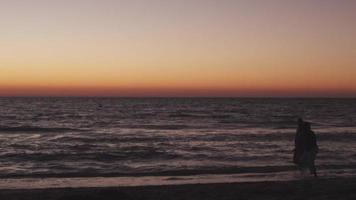 um casal corre ao pôr do sol