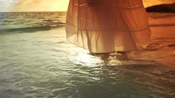 donna che spruzza i piedi nell'oceano