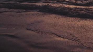 pies dejando huellas en la arena de la playa