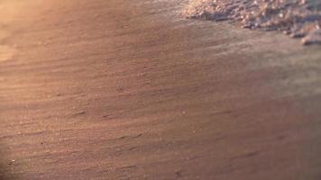 gros plan des vagues au ralenti sur le rivage