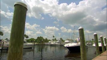 barca ormeggiata al porto turistico video