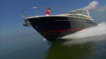 donna che prende il sole in barca
