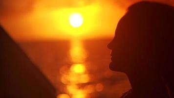 donna su una barca al tramonto