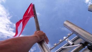 mão coloca bandeira de mergulho no barco
