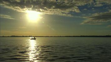 pescadores no rio ao pôr do sol video