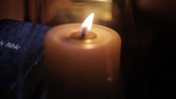 Sacra Bibbia accanto alla candela