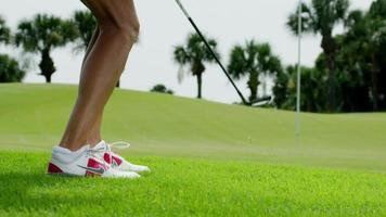 chip di golfista femminile al green