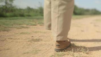 pies caminando en camino de tierra