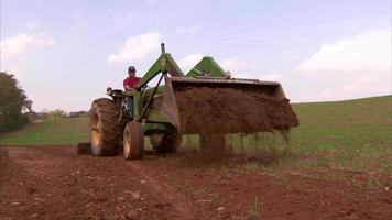 granjero montando tracter